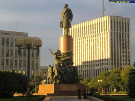 Фото: Памятник В.И. Ленину на Калужской площади (Москва)