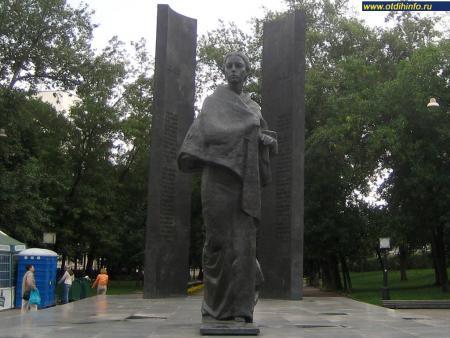 Фото: Памятник Н.К. Крупской на Сретенском бульваре (Москва)