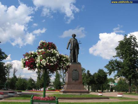 Фото: Памятник И. Е. Репину на Болотной площади