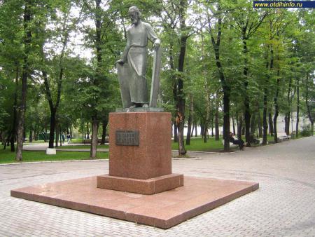 Фото: Памятник А. Рублеву на Андроньевской площади (Москва)