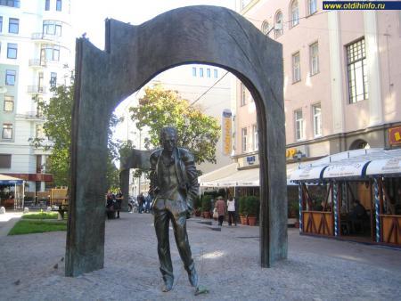Фото: Памятник Булату Окуджаве (Москва)