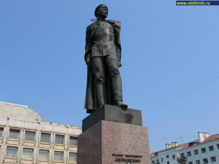 Фото: Памятник Ф. Э. Дзержинскому на улице Шпалерной