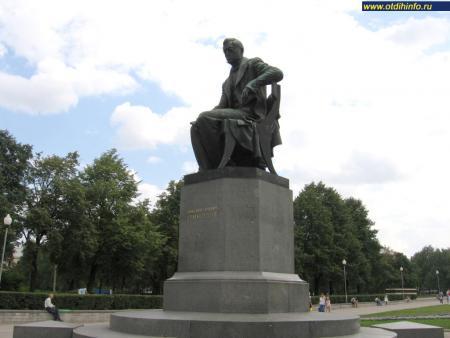 Фото: Памятник А. С. Грибоедову на Пионерской площади