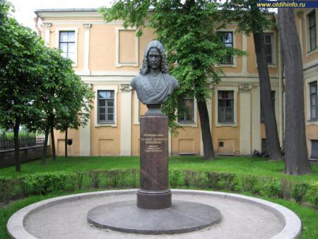 Фото: Памятник-бюст А. Д. Меншикову на Университетской набережной
