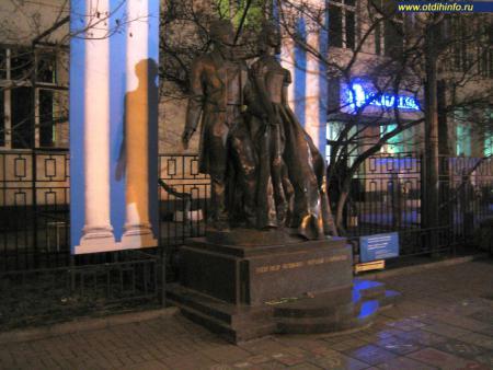 Фото: Памятник Александру Пушкину и Наталье Гончаровой на Арбате