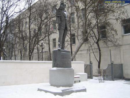Фото: Памятник С.В. Образцову