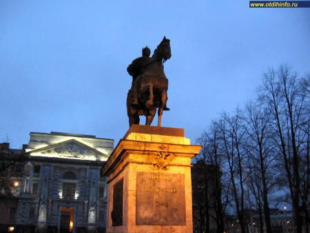 Фото: Памятник Петру I у Михайловского замка