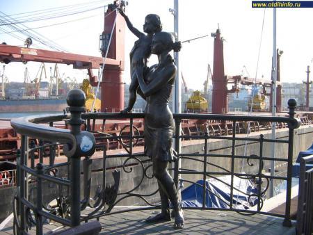 Фото: Памятник жене моряка