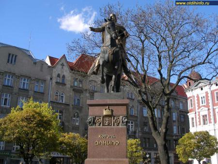 Фото: Памятник Д.Р. Галицкому