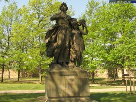 Фото: Статуи Мыслбека