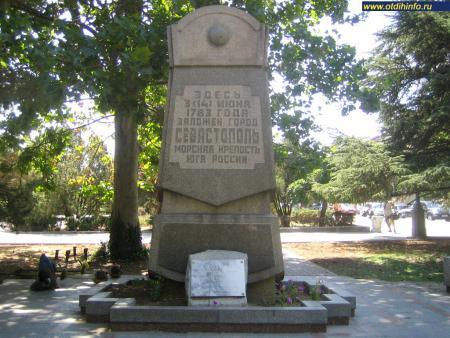 Фото: Памятный камень на месте основания Севастополя в 1783 г.
