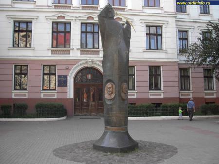 Фото: Памятник в честь провозглашения столицы ЗУНР в Станиславе