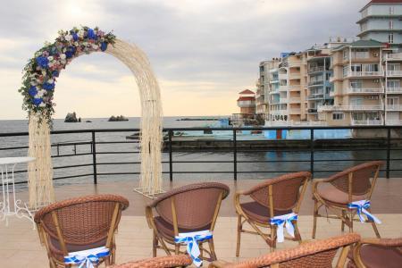 Фото: Выездная церемония бракосочетания в ресторане над морем <br />Автор фото: Санта Барбара Свадьба в Крыму над морем